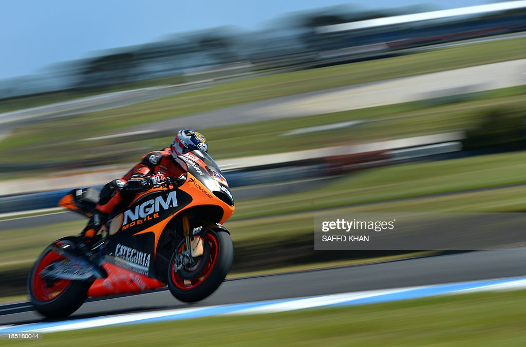 NGM Mobile Forward's US rider Colin Edwards powers his bike during the second practice session of the Australian MotoGP Grand Prix at Phillip Island on October 18, 2013. AFP PHOTO/ Saeed KHAN USE