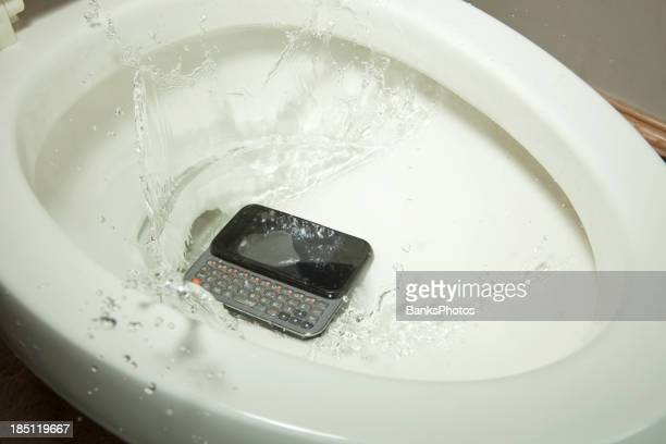 Téléphone Mobile sur une baisse de toilette