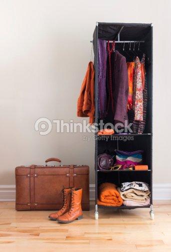 Mobile Kleiderschrank Mit Kleidung Und Lederkoffer Stock-Foto ...