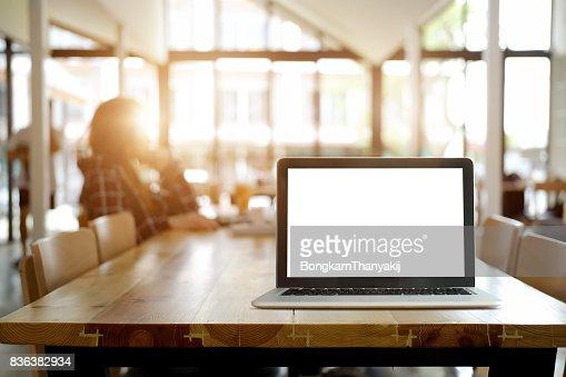 Mock up: écran de l'ordinateur pour la maquette à l'intérieur du bureau. : Photo