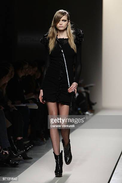 Model Abbey Lee Kershaw walks the runway during the Bottega Veneta Milan Fashion Week Autumn/Winter 2010 show on Febbraio 27 2010 in Milan Italy