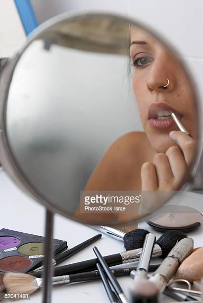 Model applying make-up