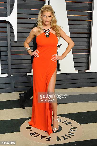 Model Charlotte McKinney attends the 2015 Vanity Fair Oscar Party hosted by Graydon Carter at Wallis Annenberg Center for the Performing Arts on...