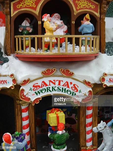 Modèle de Noël avec des maisons de village miniature, personnes, scène d'hiver, atelier du Père Noël