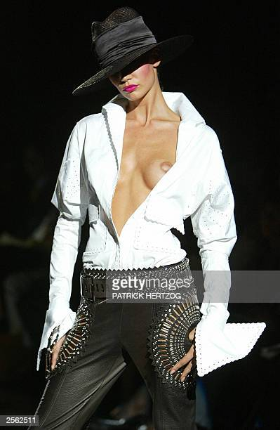 A model displays an outfit by Italian designer Gianfranco Ferre 03 October 2003 during the Spring/Summer 2004 fashion week in Milan AFP PHOTO /...