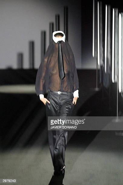 A model displays an outfit by Spanish designer David Delfin during the Autumn/Winter Madrid's Fashion Week in Madrid 13 February 2004 AFP PHOTO/...