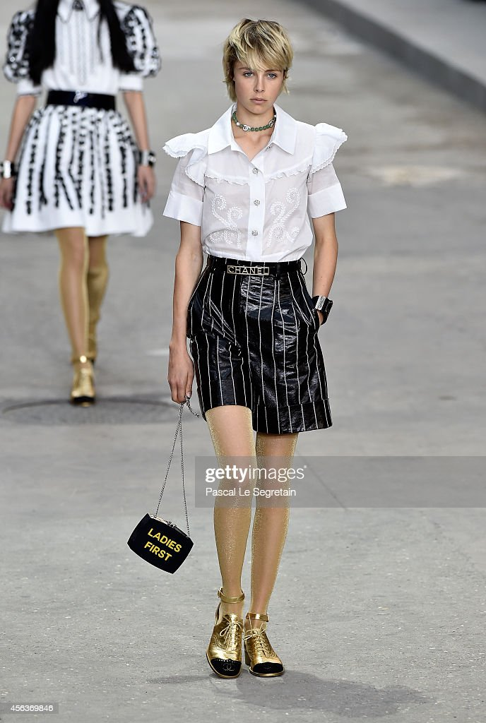 Model Edie Campbell walks the runway during the Chanel show as part of the Paris Fashion Week Womenswear Spring/Summer 2015 on September 30 2014 in...