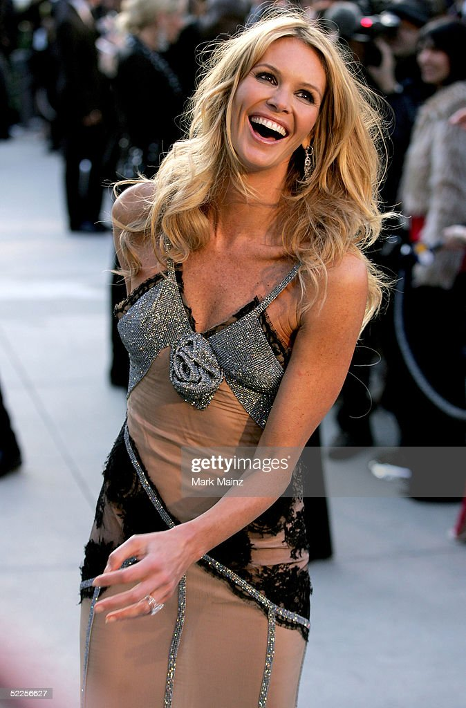 Model Elle MacPherson arrives at the Vanity Fair Oscar Party at Mortons on February 27, 2005 in West Hollywood, California.