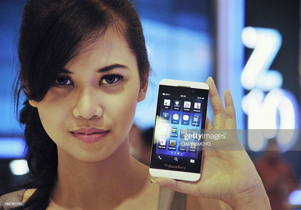 A model holds the newly launched Blackberry Z10 at a shopping mall in Jakarta on March 15, 2013. BlackBerry launched its new Z10 smartphone in Indonesia, the company's third-largest market as it rapidly loses ground elsewhere to rivals such as Apple and Samsung. AFP PHOTO / Bay ISMOYO