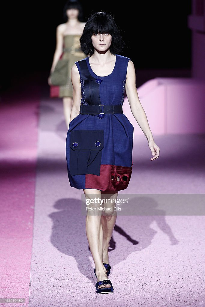 Model Jessica Stam walks the runway at the Marc Jacobs fashion show during MercedesBenz Fashion Week Spring 2015 at Park Avenue Armory on September...