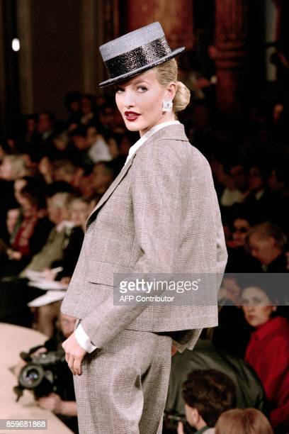 Model Karen Mulder sports a Prince of Wales lightbrown checked trouser suit on January 22 1997 as part of Yves Saint Laurent's spring/summer haute...