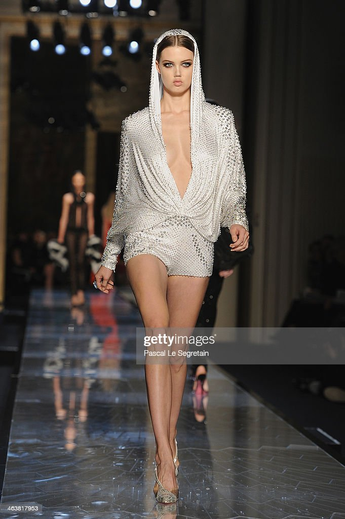 Model <a gi-track='captionPersonalityLinkClicked' href=/galleries/search?phrase=Lindsey+Wixson&family=editorial&specificpeople=6876942 ng-click='$event.stopPropagation()'>Lindsey Wixson</a> walks the runway during Atelier Versace show as part of Paris Fashion Week Haute-Couture Spring/Summer 2014 on January 19, 2014 in Paris, France.