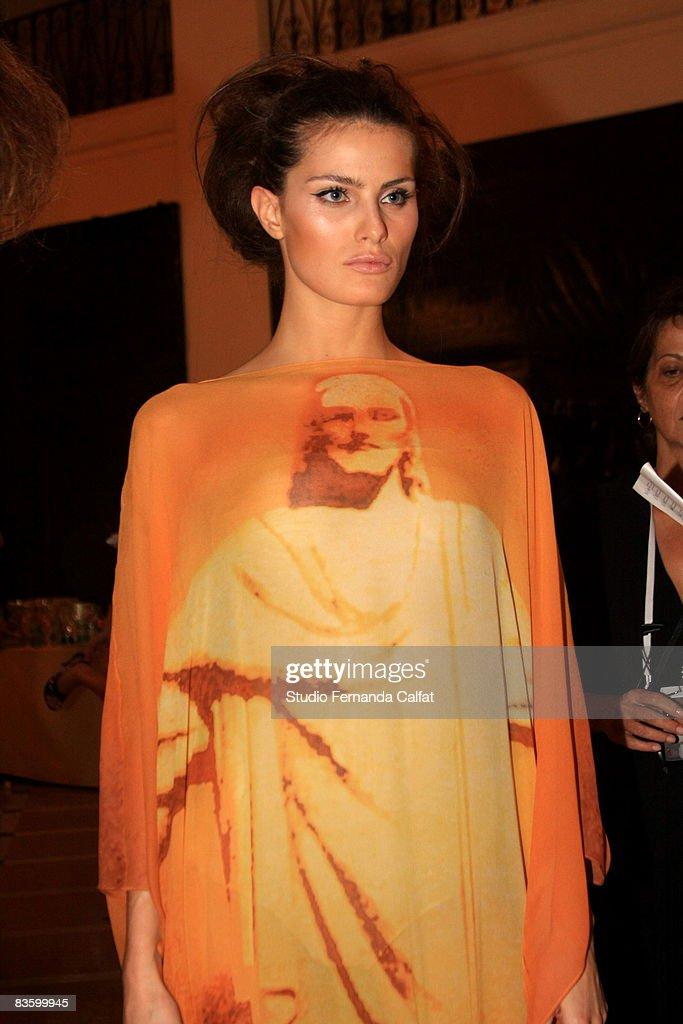 A model prepares backstage at the Adriana Degreas fashion show during Clario Rio Summer at Forte de Copacabana on November 6 2008 in Rio De Janeiro...