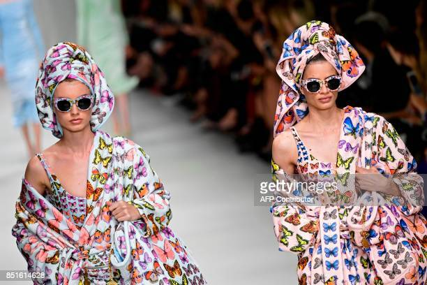 Model present creations for fashion house Versace during the Women's Spring/Summer 2018 fashion shows in Milan on September 22 2017 / AFP PHOTO /...