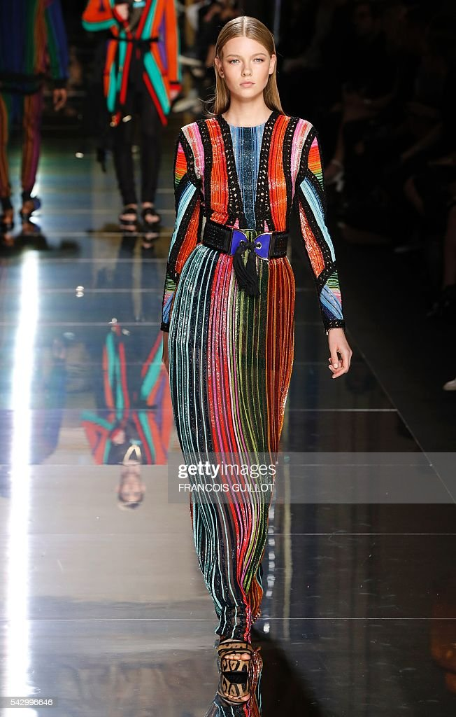 A model presents a creation by Balmain, during the men's Spring/Summer 2017 collection fashion show on June 25, 2016 in Paris. / AFP / FRANCOIS
