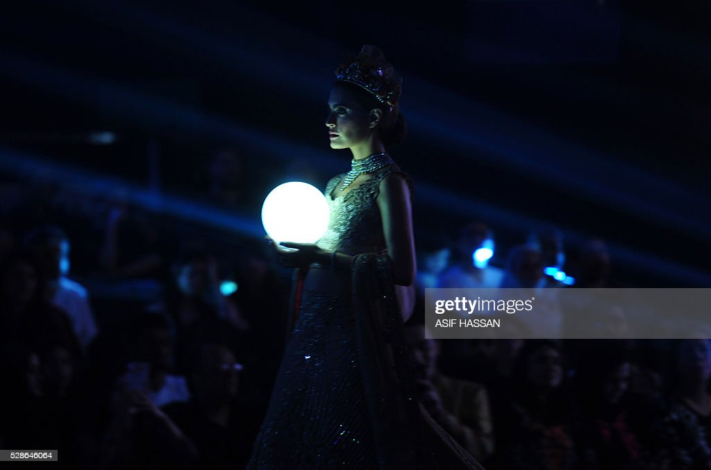 A model presents a creation by designer Erum Khan on the first day of Bridal Couture Week- Gold Edition in Karachi on May 6, 2016. / AFP / ASIF
