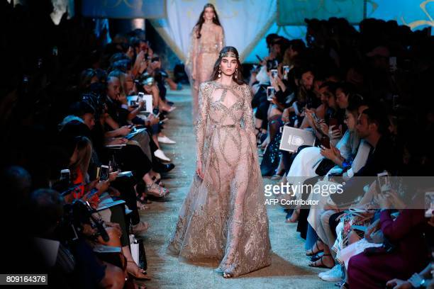 A model presents a creation by Elie Saab during the 20172018 fall/winter Haute Couture collection in Paris on July 5 2017 / AFP PHOTO / Patrick...