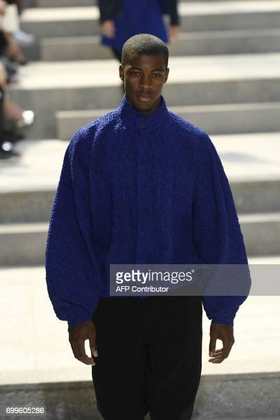 A model presents a creation by Issey Miyake during the Spring/Summer 2017/2018 Men's Fashion Week in Paris on June 22 2017 / AFP PHOTO / BERTRAND GUAY