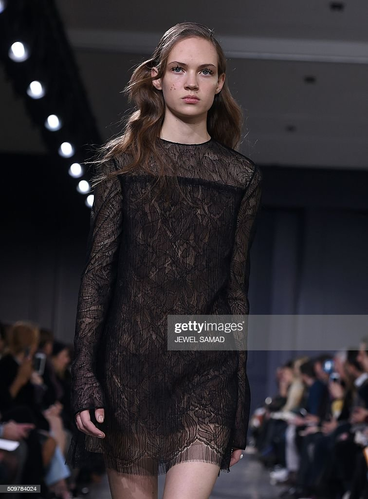 A model presents a creation by Jason Wu, during the Fall 2016 New York Fashion Week on February 12, 2016, in New York. / AFP / Jewel Samad