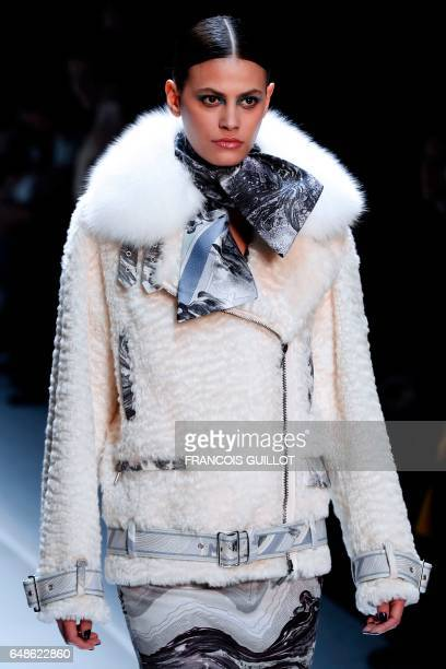 A model presents a creation by Leonard Paris during the women's FallWinter 20172018 readytowear collection fashion show on March 6 2017 in Paris /...