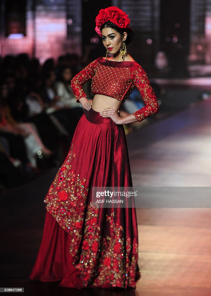 A model presents a creation by Pakistani designer Yasmin Zaman on the first day of Bridal Couture Week- Gold Edition in Karachi on May 6, 2016. / AFP / ASIF