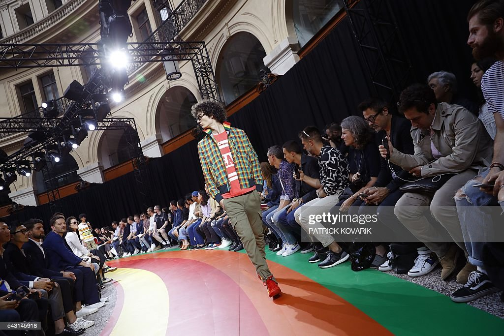 A model presents a creation by Paul Smith during the men's Spring/Summer 2017 collection fashion show on June 26, 2016 in Paris. / AFP / PATRICK
