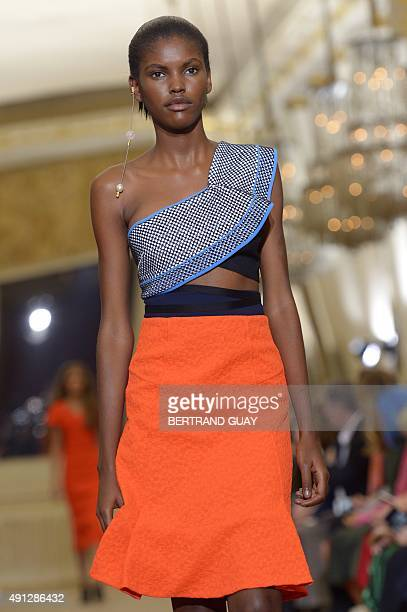 A model presents a creation by Roland Mouret during the 2016 Spring/Summer readytowear collection fashion show on October 4 2015 in Paris AFP PHOTO /...