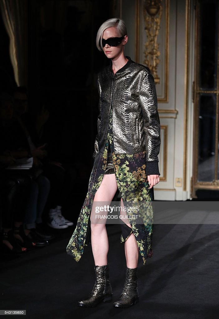 A model presents a creation by Rynshu during the men's Spring/Summer 2017 collection fashion show on June 26, 2016 in Paris. / AFP / FRANCOIS