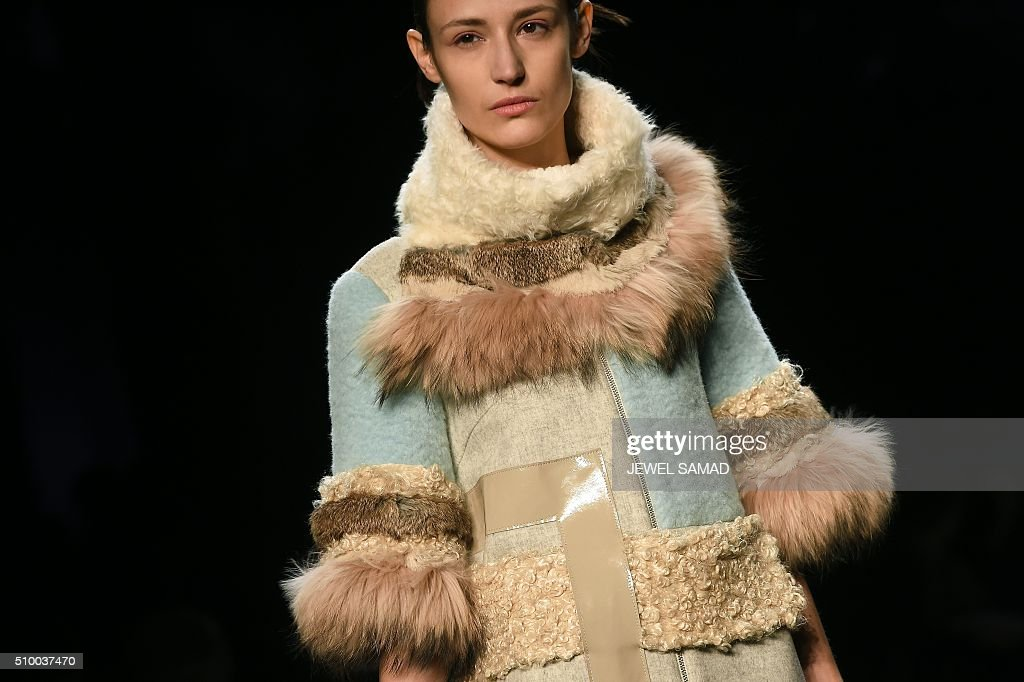 A model presents a creation by Son Jung Wan, during the Fall 2016 New York Fashion Week on February 13, 2016, in New York. / AFP / Jewel Samad