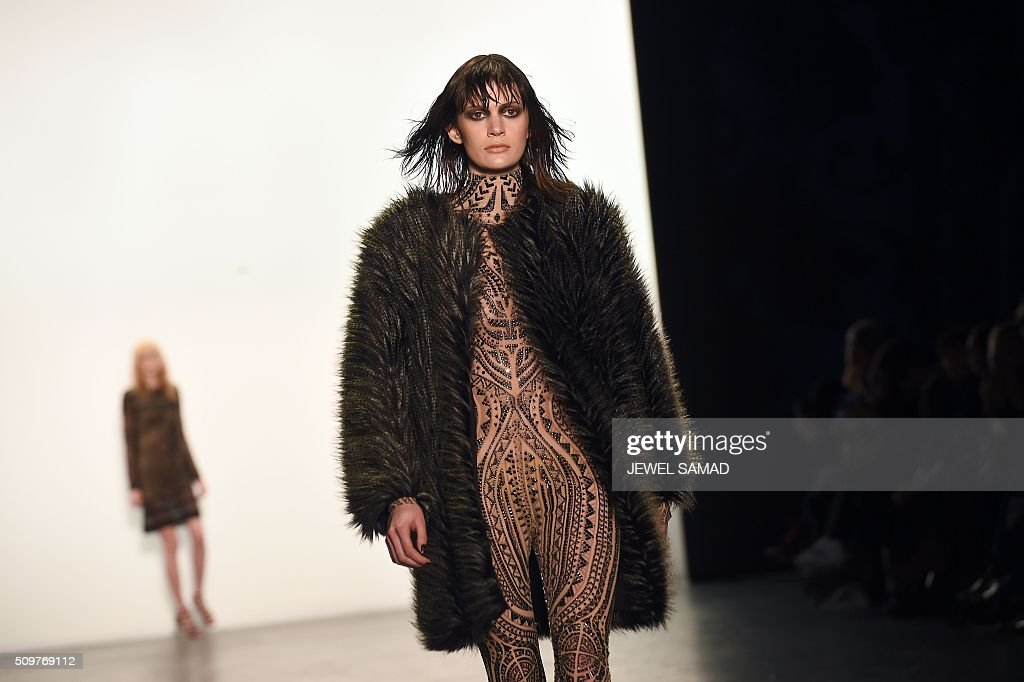 A model presents a creation of Tadashi Shoji during the Fall 2016 New York Fashion Week at the Arcat Moynihan Station on February 12, 2016, in New York. / AFP / Jewel Samad