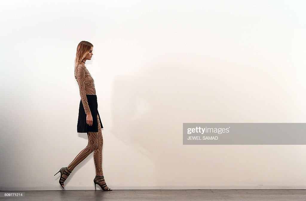 A model presents a creation by Tadashi Shoji during the Fall 2016 New York Fashion Week at the Arcat Moynihan Station on February 12, 2016, in New York. / AFP / Jewel Samad