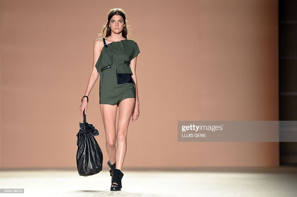 A model presents a creation by Txell Miras during the 080 Barcelona spring-summer 2017 fashion week in Barcelona on June 28, 2016. / AFP / LLUIS