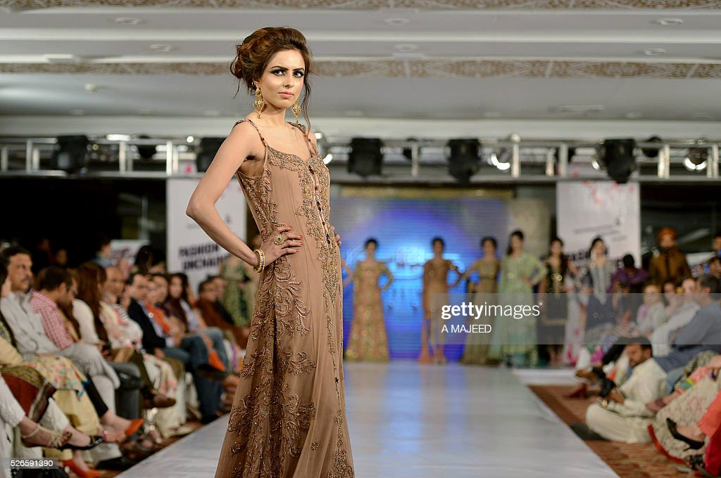 A model presents a creation during a fashion show organised by Hashoo Group in Peshawar on April 30, 2016. / AFP / A