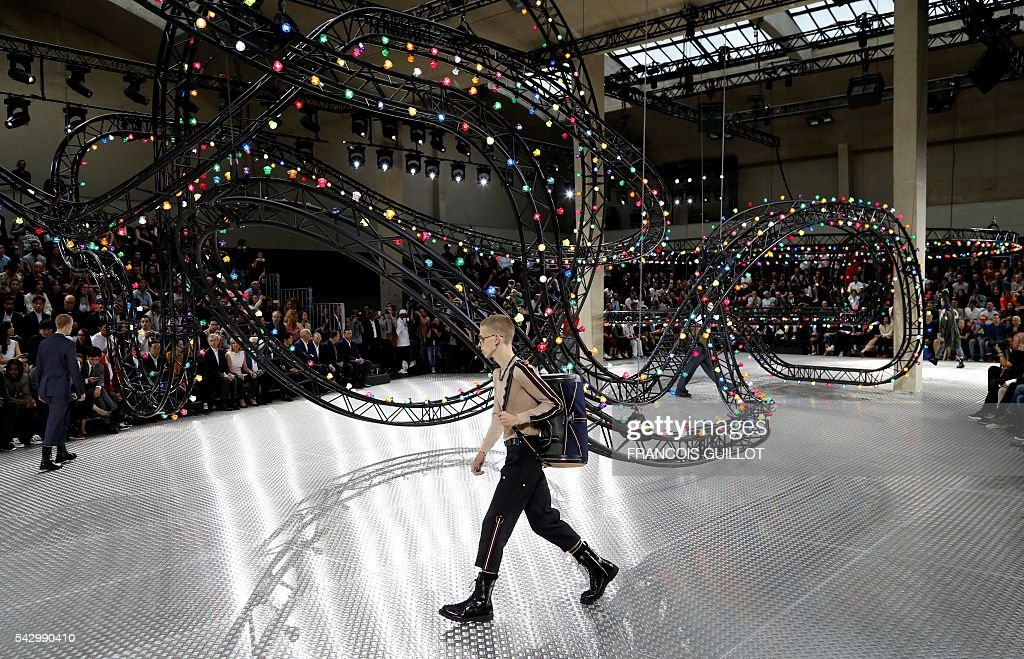 A model presents a creation for Dior, during the men Spring summer 2017 collection fashion show on june 25, 2016 in Paris. / AFP / FRANCOIS