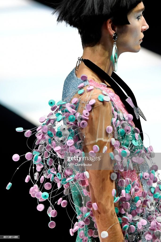 A model presents a creation for fashion house Giorgio Armani during the Women's Spring/Summer 2018 fashion shows in Milan, on September 22, 2017. / AFP PHOTO / Andreas SOLARO