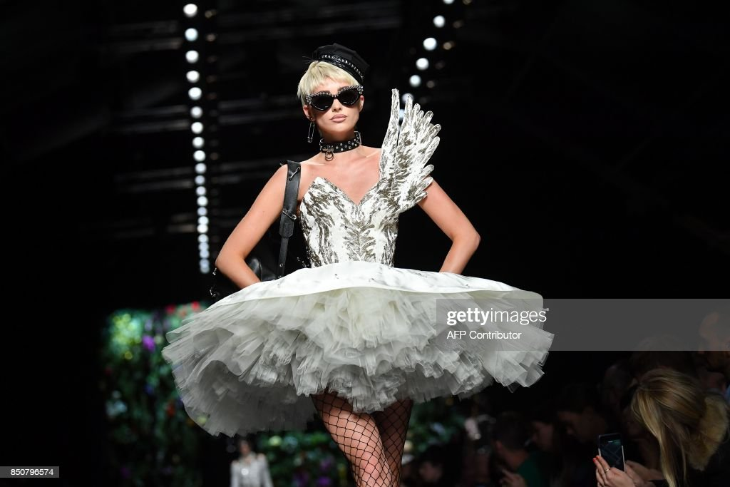 A model presents a creation for fashion house Moschino during the Women's Spring/Summer 2018 fashion shows in Milan, on September 21, 2017. / AFP PHOTO / Marco BERTORELLO