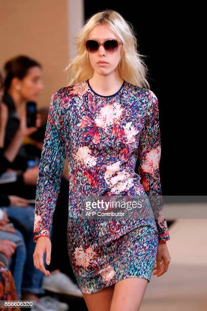 A model presents a creation for Leonard Paris during the women's 2018 Spring/Summer readytowear collection fashion show in Paris on October 2 2017 /...