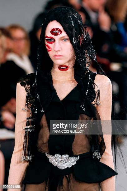 A model presents a creation for Maison Margiela during the 2016 spring/summer Haute Couture collection on January 27 2016 in Paris / AFP / FRANCOIS...