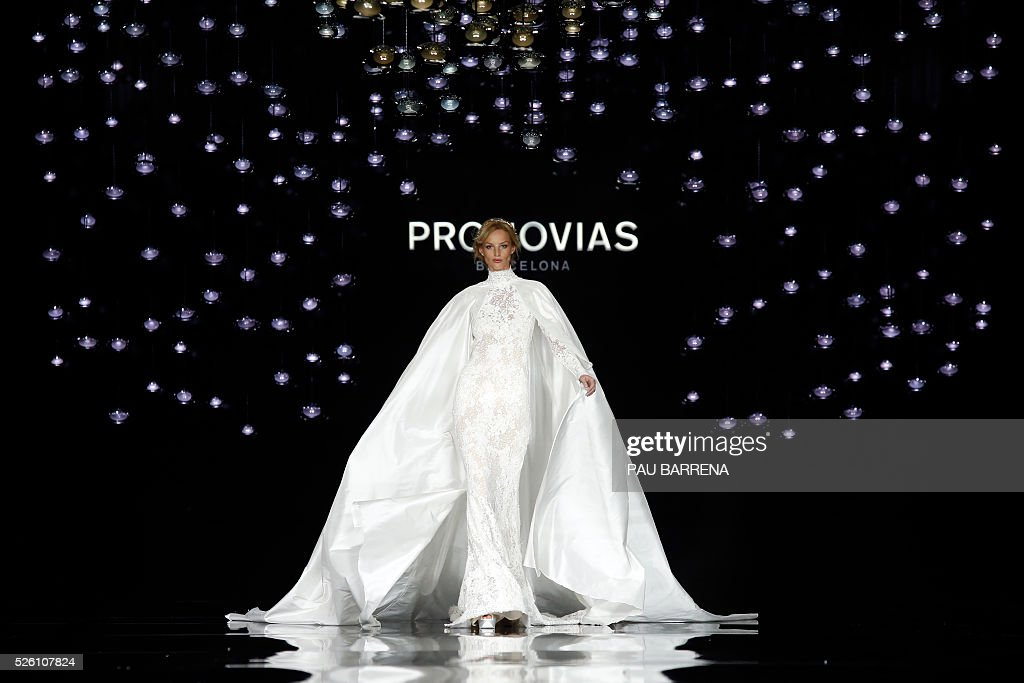 A model presents a creation of the Pronovias 2016 collection during the last day of the Barcelona Bridal Week in Barcelona, on April 29, 2016. / AFP / PAU