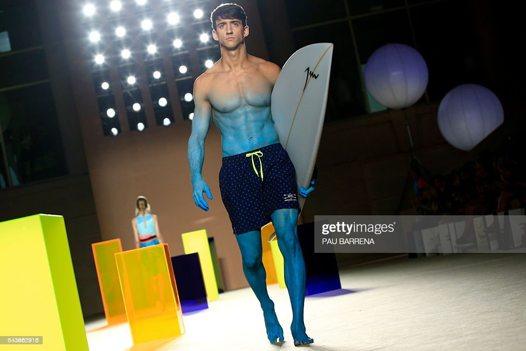 A model presents creations by Antonio Miro during the 080 Barcelona spring-summer 2017 fashion week in Barcelona on June 30, 2016. / AFP / PAU