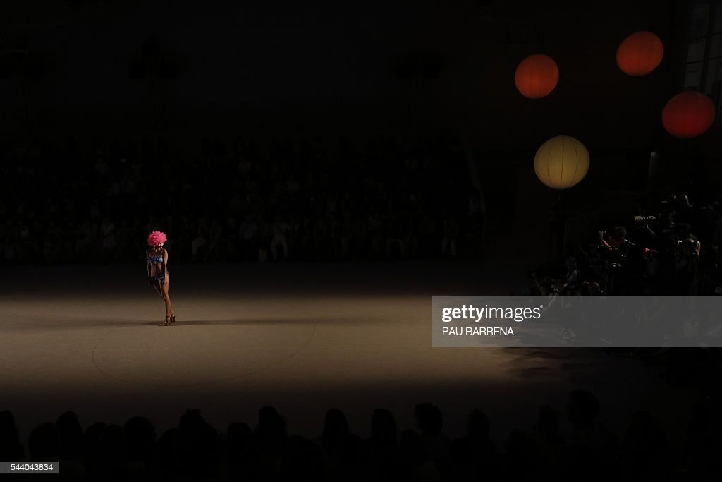A model presents creations by Como un Pez en el Agua during the 080 Barcelona spring-summer 2017 fashion week in Barcelona on June 30, 2016. / AFP / PAU