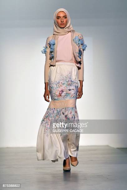 A model presents on the catwalk a creation of Minaz during the Arab Fashion Week in the United Arab Emirate of Dubai on November 17 2017 / AFP PHOTO...
