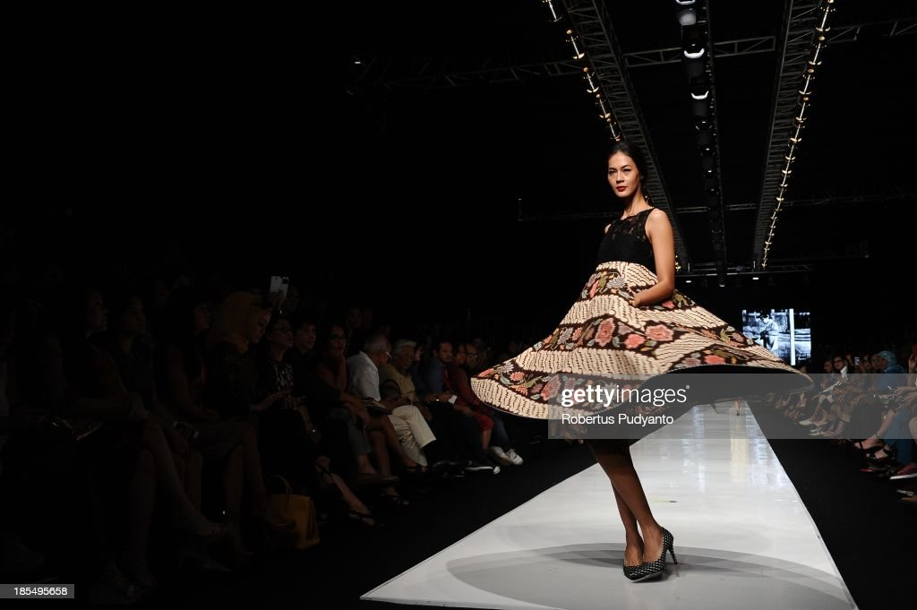 A model showcases designs by Edward Hutabarat on the runway at the Parang show during Jakarta Fashion Week 2014 at Senayan City on October 21, 2013 in Jakarta, Indonesia.