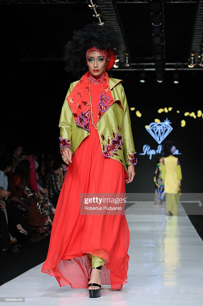 A model showcases designs by Rya Baraba on the runway at the Ebelik Bernah show during Jakarta Fashion Week 2014 at Senayan City on October 25, 2013 in Jakarta, Indonesia.