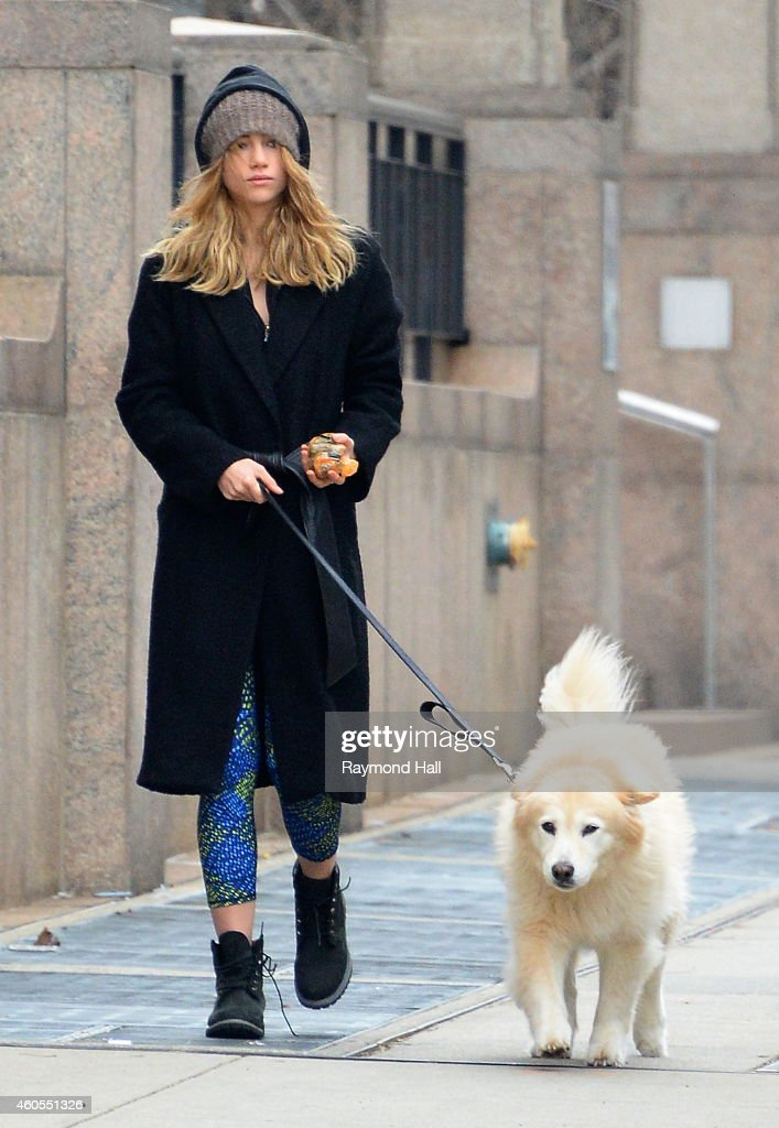 5 Celebrity Inspired Dog Walking Outfits