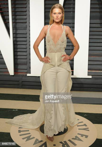 Model Toni Garrn arrives at the 2017 Vanity Fair Oscar Party Hosted By Graydon Carter at Wallis Annenberg Center for the Performing Arts on February...