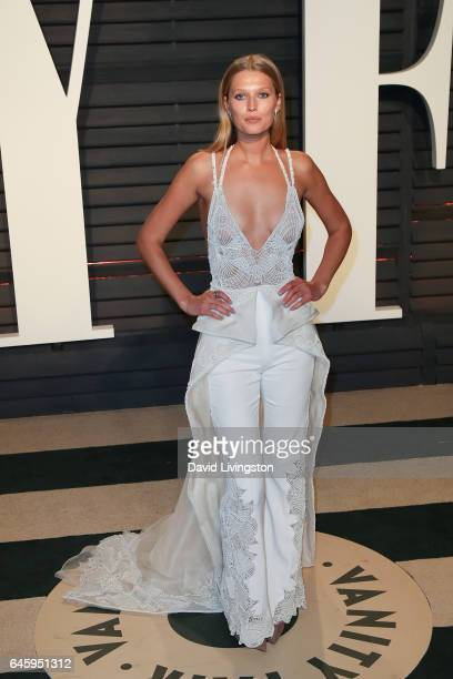Model Toni Garrn attends the 2017 Vanity Fair Oscar Party hosted by Graydon Carter at the Wallis Annenberg Center for the Performing Arts on February...