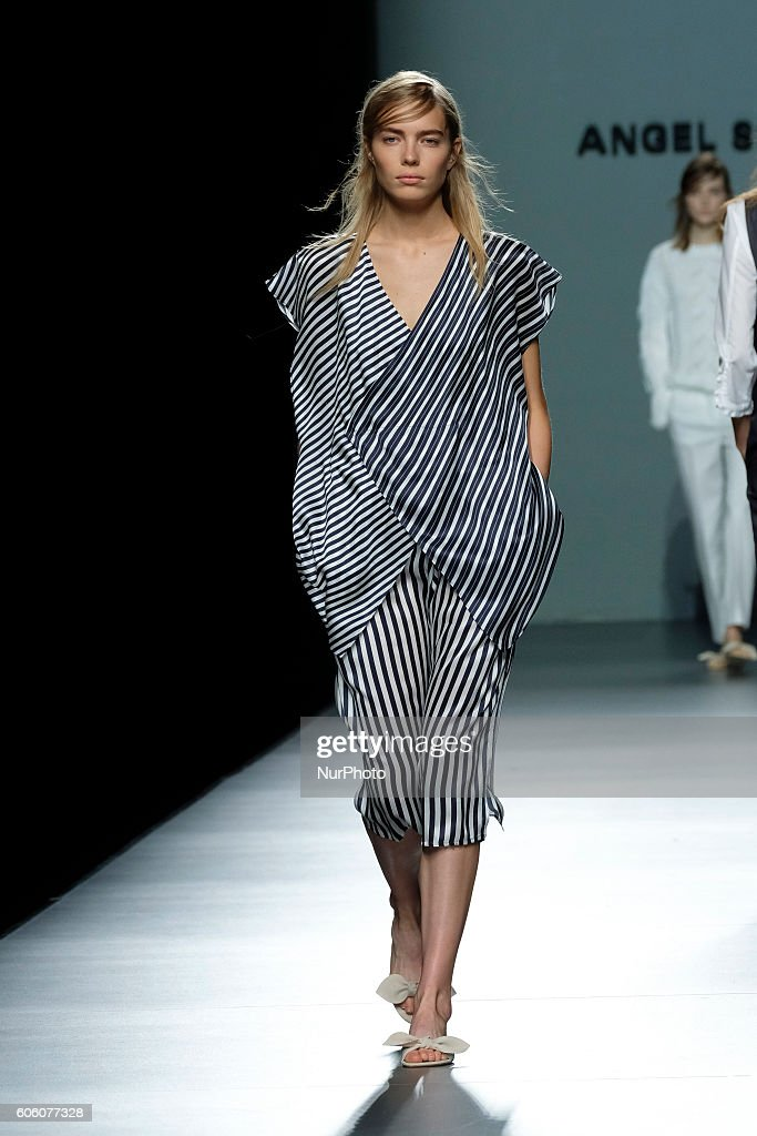 model-walks-during-angel-schlesser-fashion-show-at-madrid-fashion-picture-id606077328