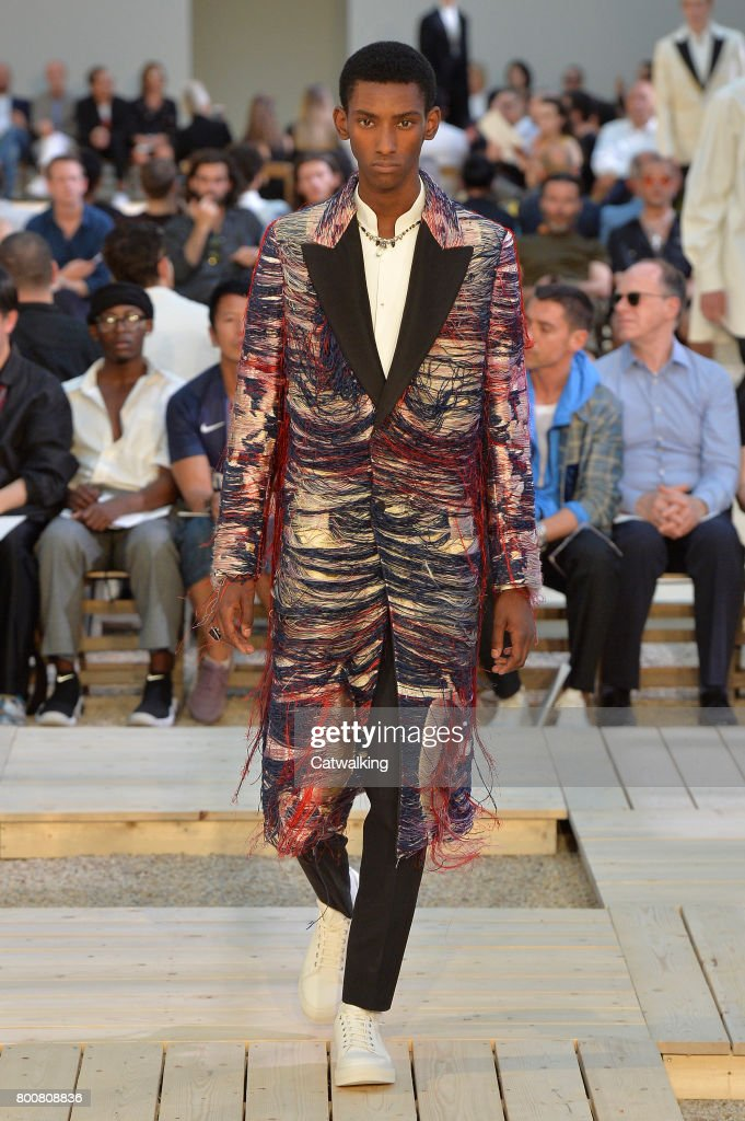 model-walks-the-runway-at-the-alexander-mcqueen-spring-summer-2018-picture-id800808836