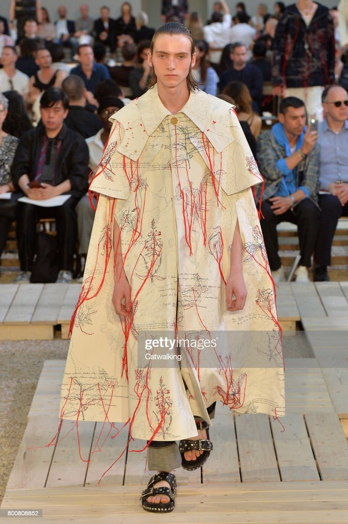 model-walks-the-runway-at-the-alexander-mcqueen-spring-summer-2018-picture-id800808852